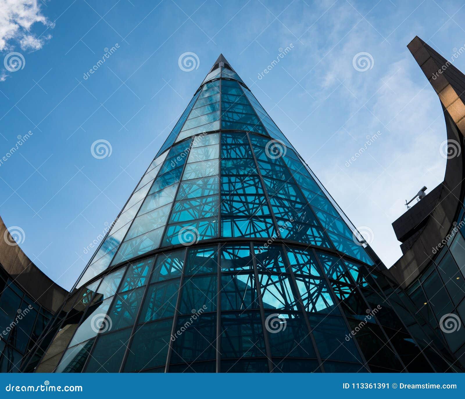在这个弯曲的玻璃大厦的美好的现代建筑学