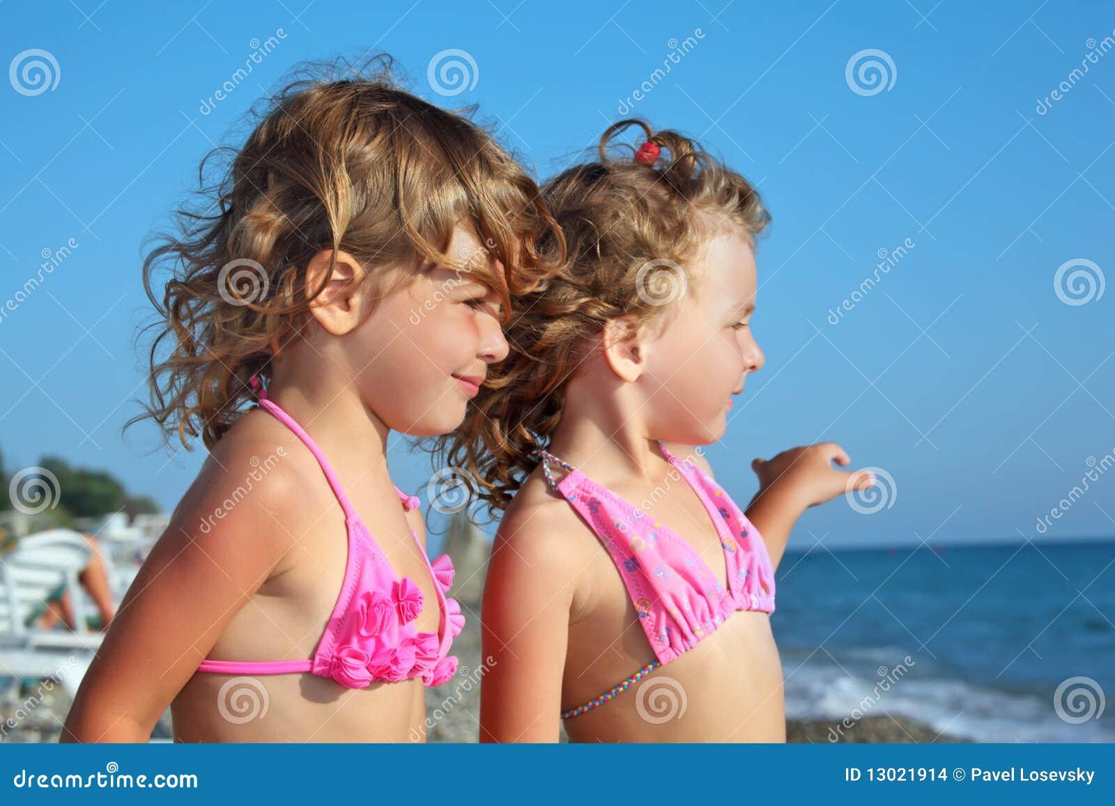 在远处海滩女孩查找二的一点