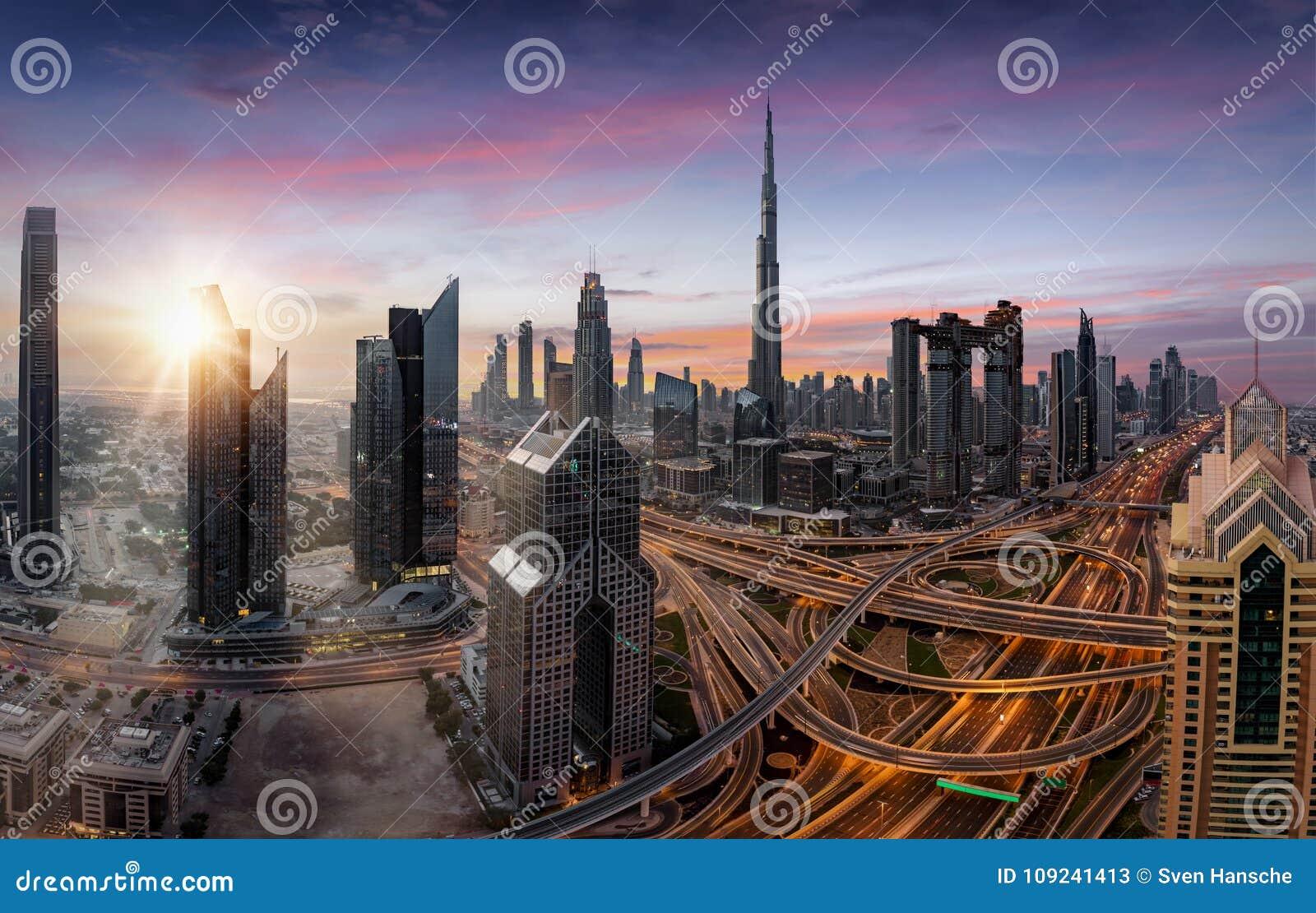 在迪拜,阿拉伯联合酋长国的现代地平线的日出