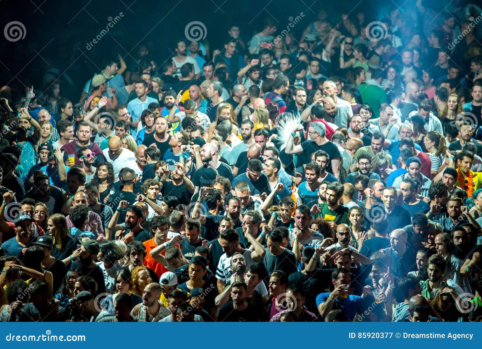 在迪斯科舞厅的人群