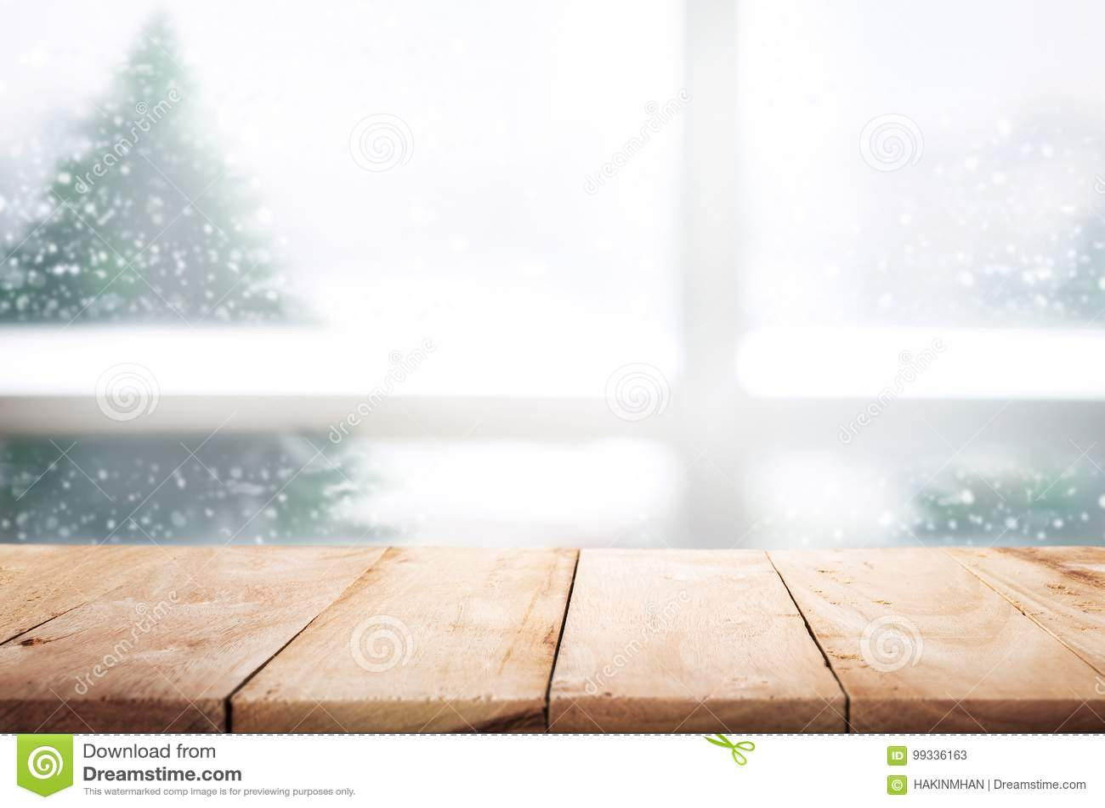 在迷离窗口视图的空的木台式与在雪的杉树