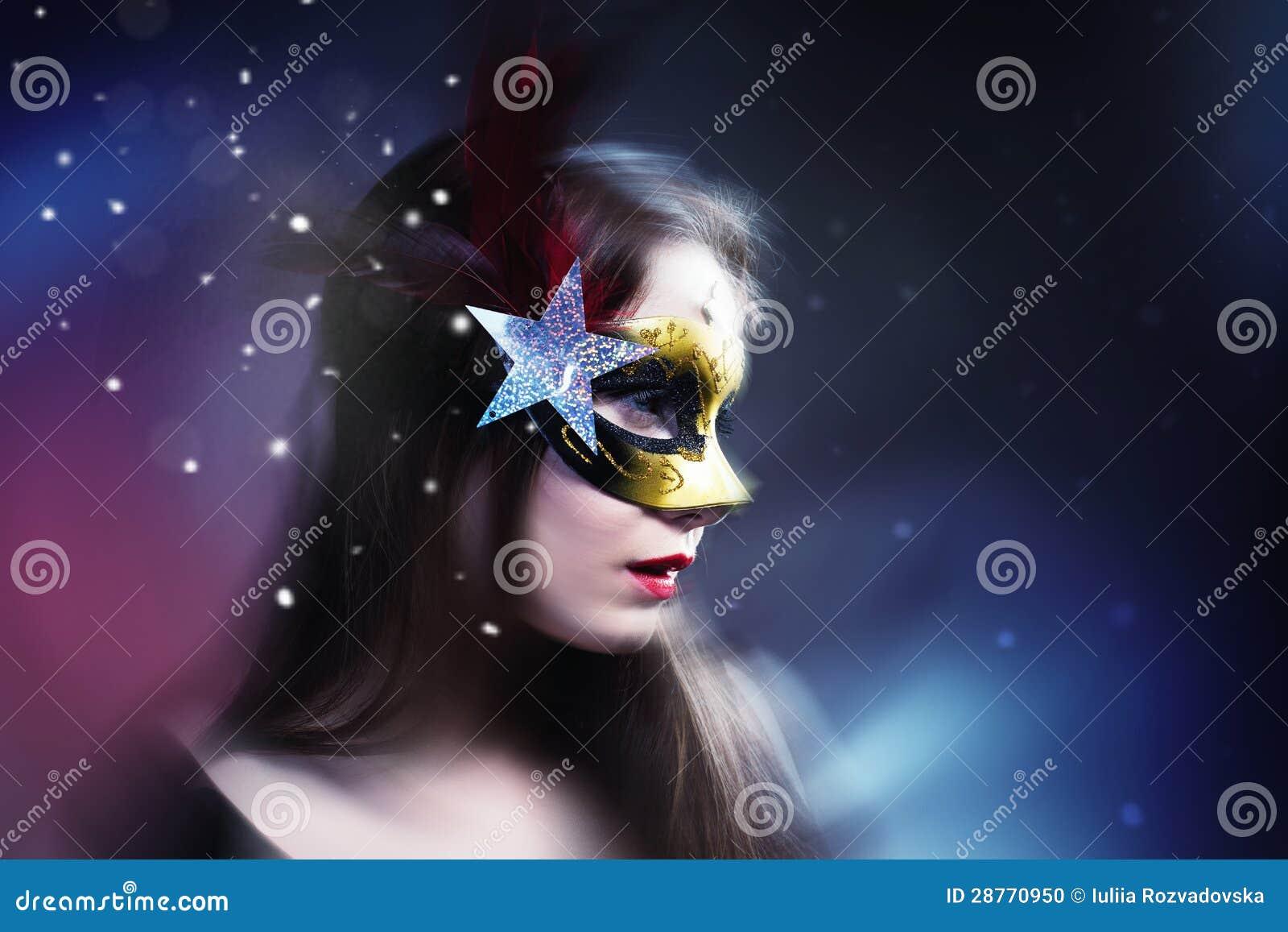 在迷离背景的妇女佩带的狂欢节威尼斯式屏蔽。