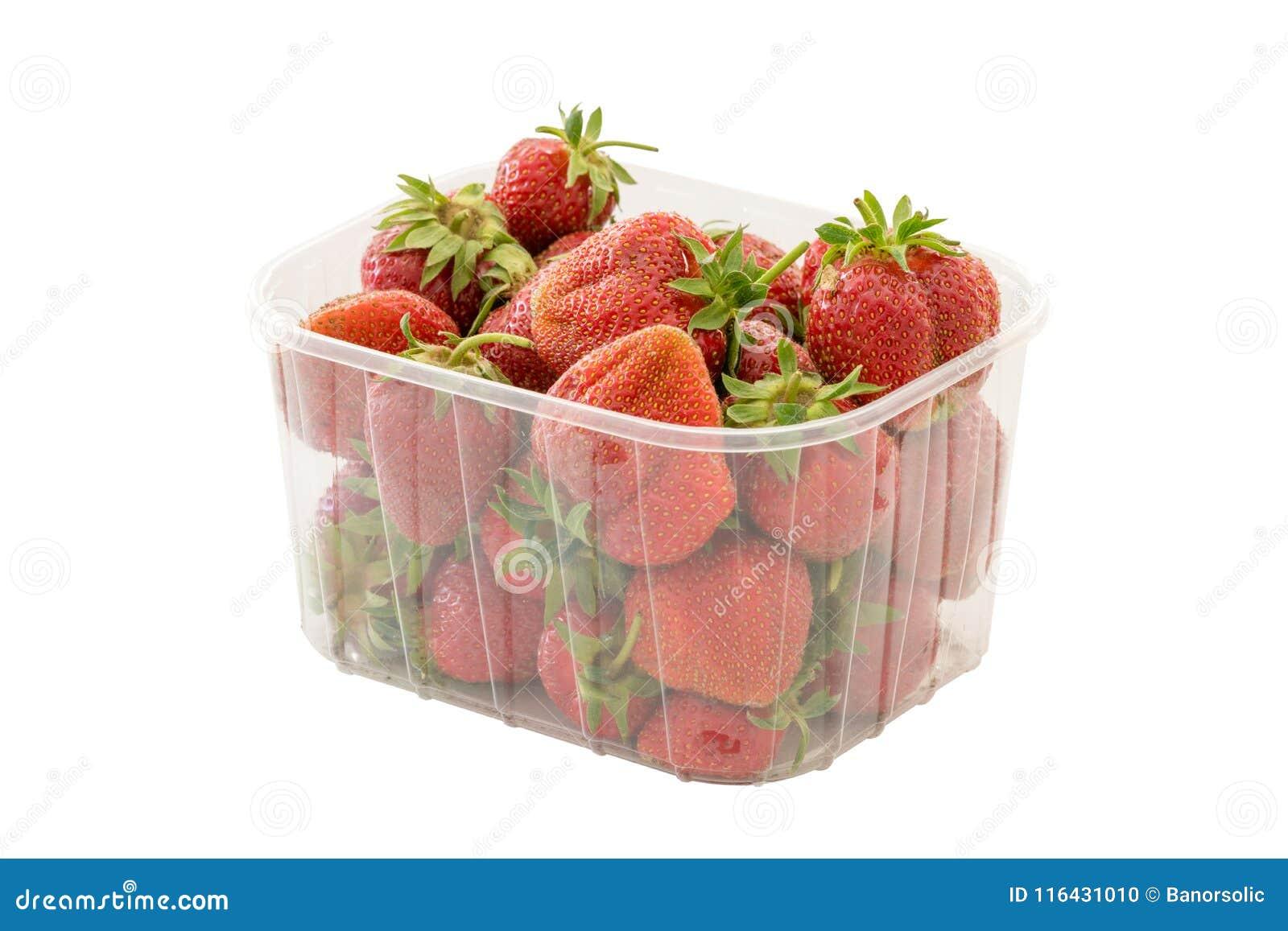 在透明塑料零售包裹的新鲜的成熟有机草莓 查出在与裁减路线的空白背景