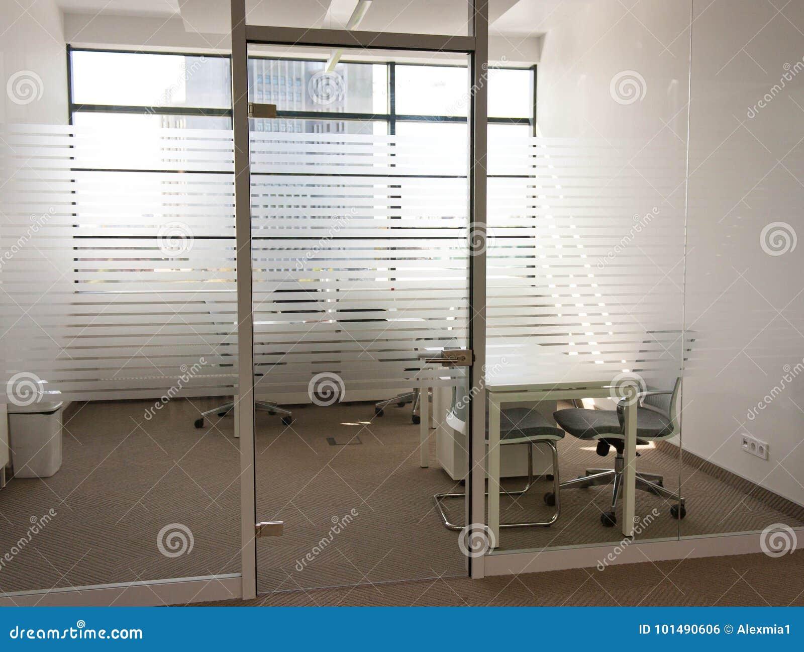 在透明门后的空的办公室