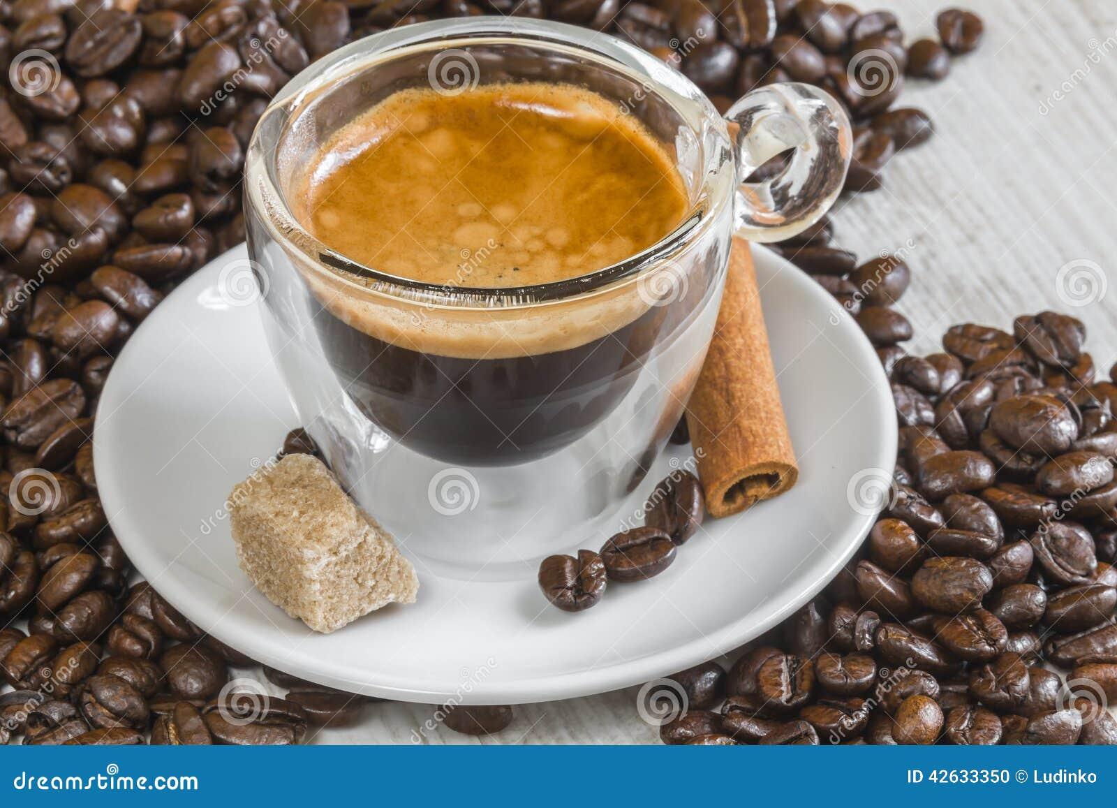 在透明玻璃的浓咖啡咖啡与金黄crema