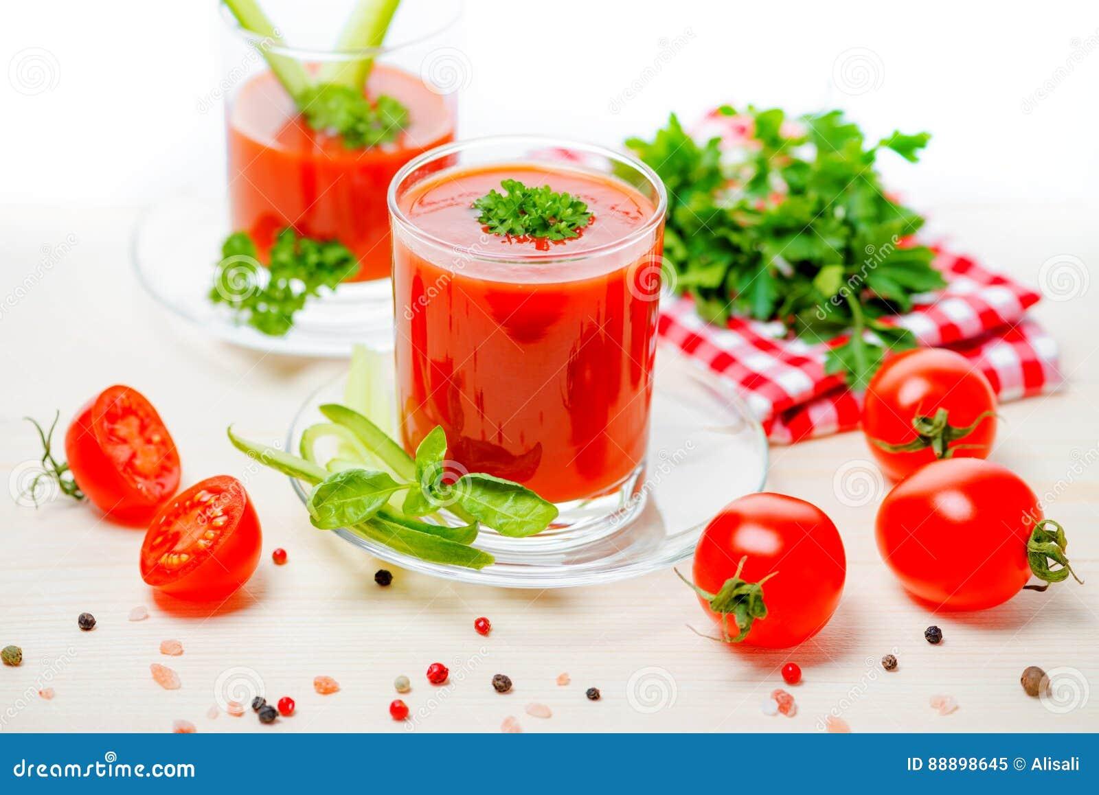 在透明玻璃的西红柿汁用荷兰芹,蓬蒿, cucumb