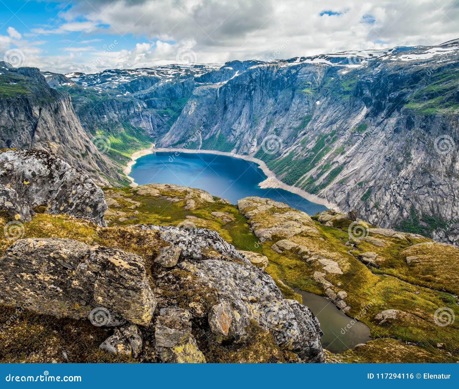 在途中的惊人的自然视图对Trolltunga 地点:Scandina