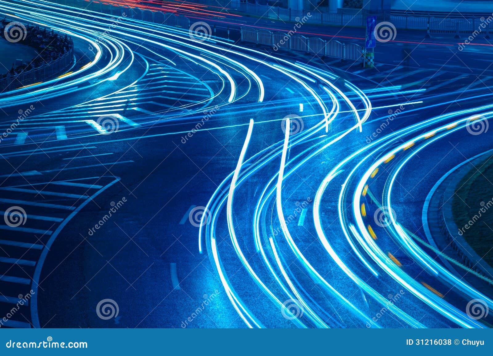 在都市路的光足迹