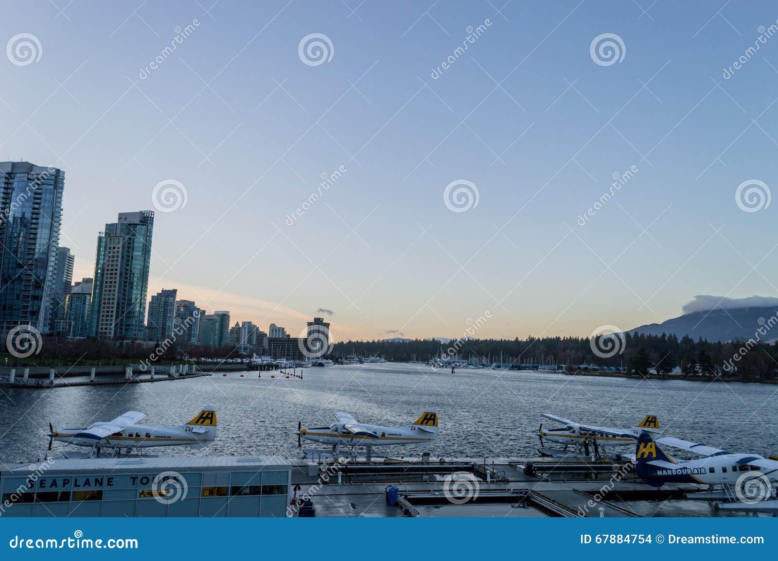 在都市风景中的水上飞机
