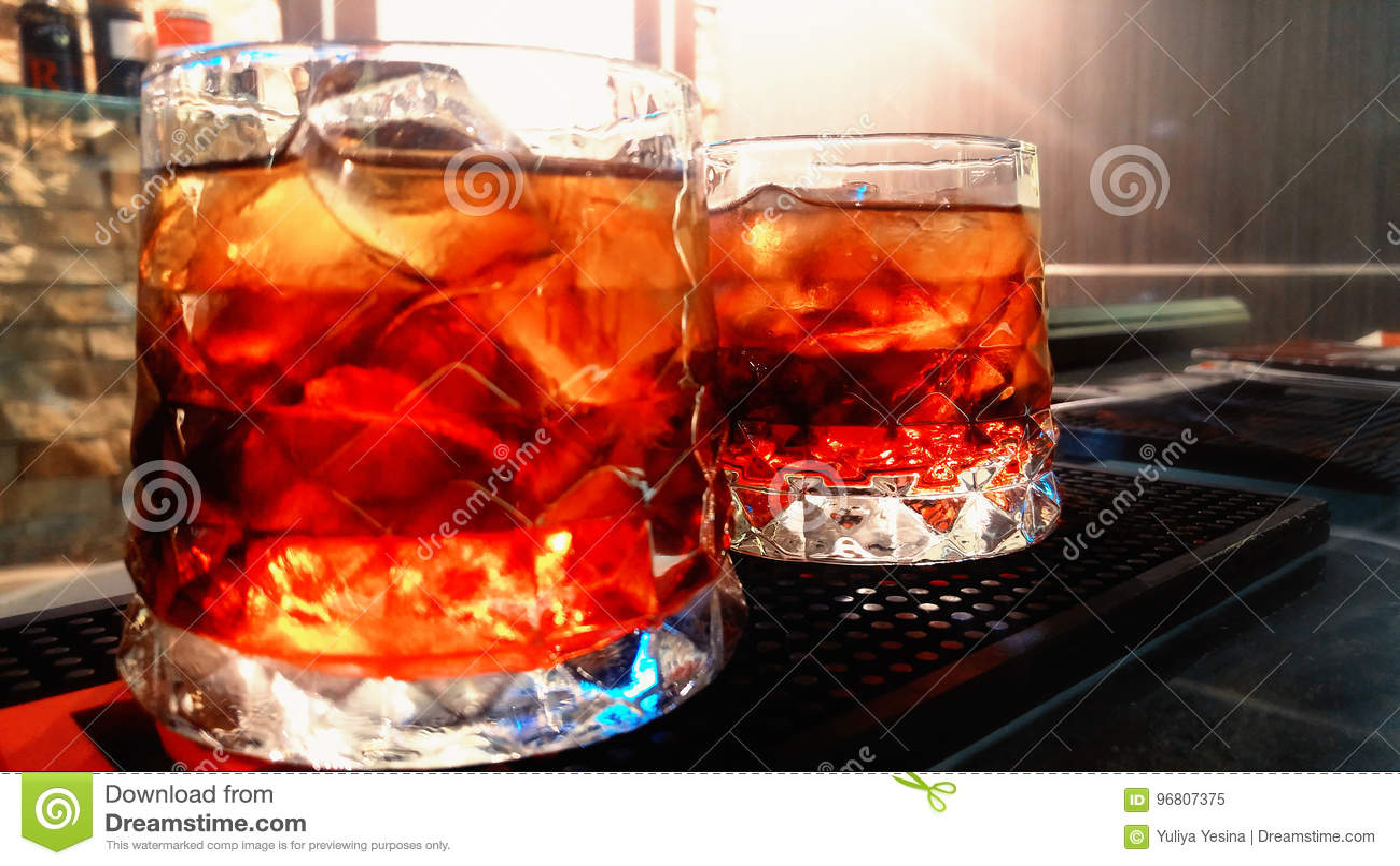 在酒吧的两红色coctails