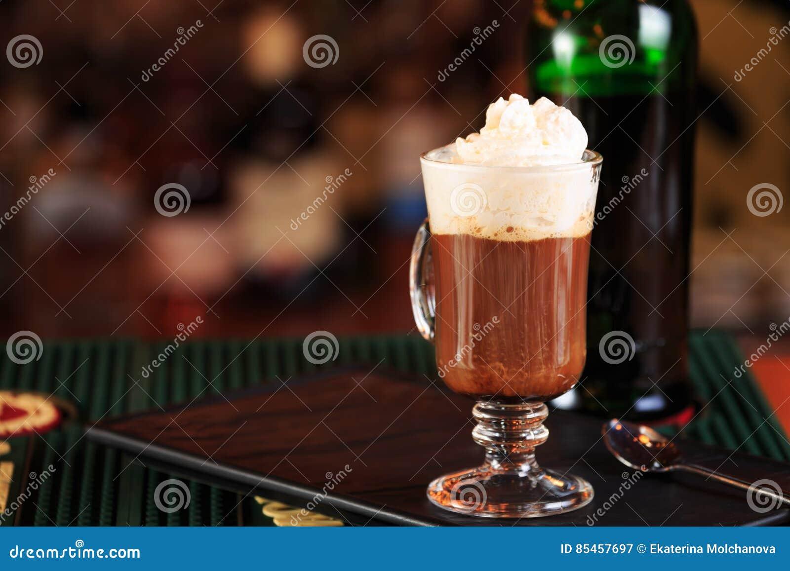 在酒吧的浓咖啡 圣帕特里克假日的概念 假日ba