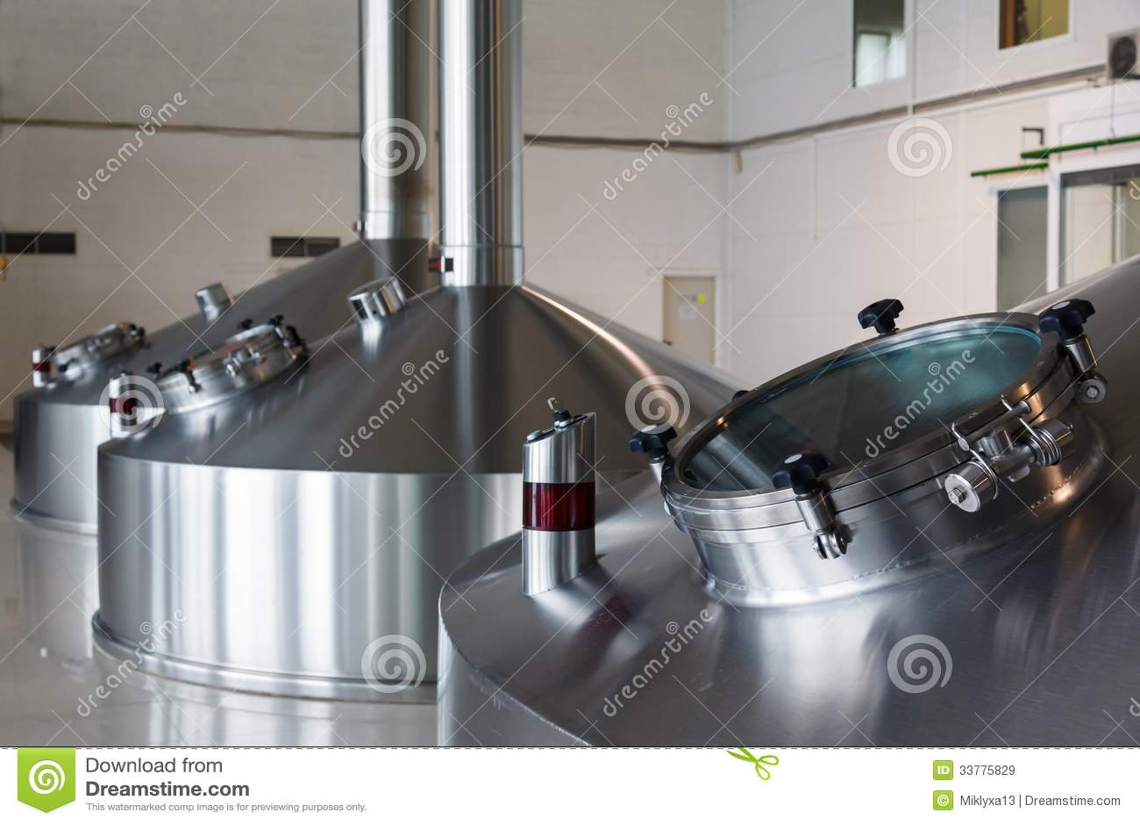 在酿酒者工厂的钢发酵大桶