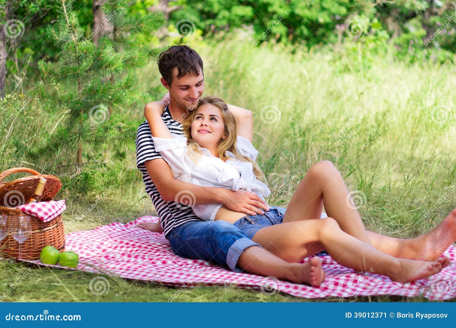 在野餐的年轻夫妇