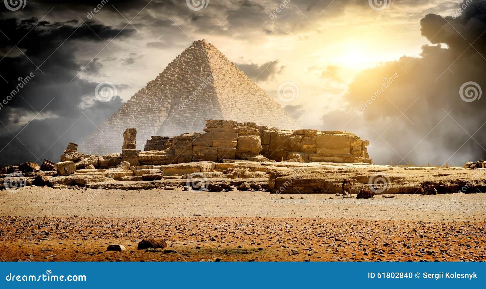 在金字塔的云彩