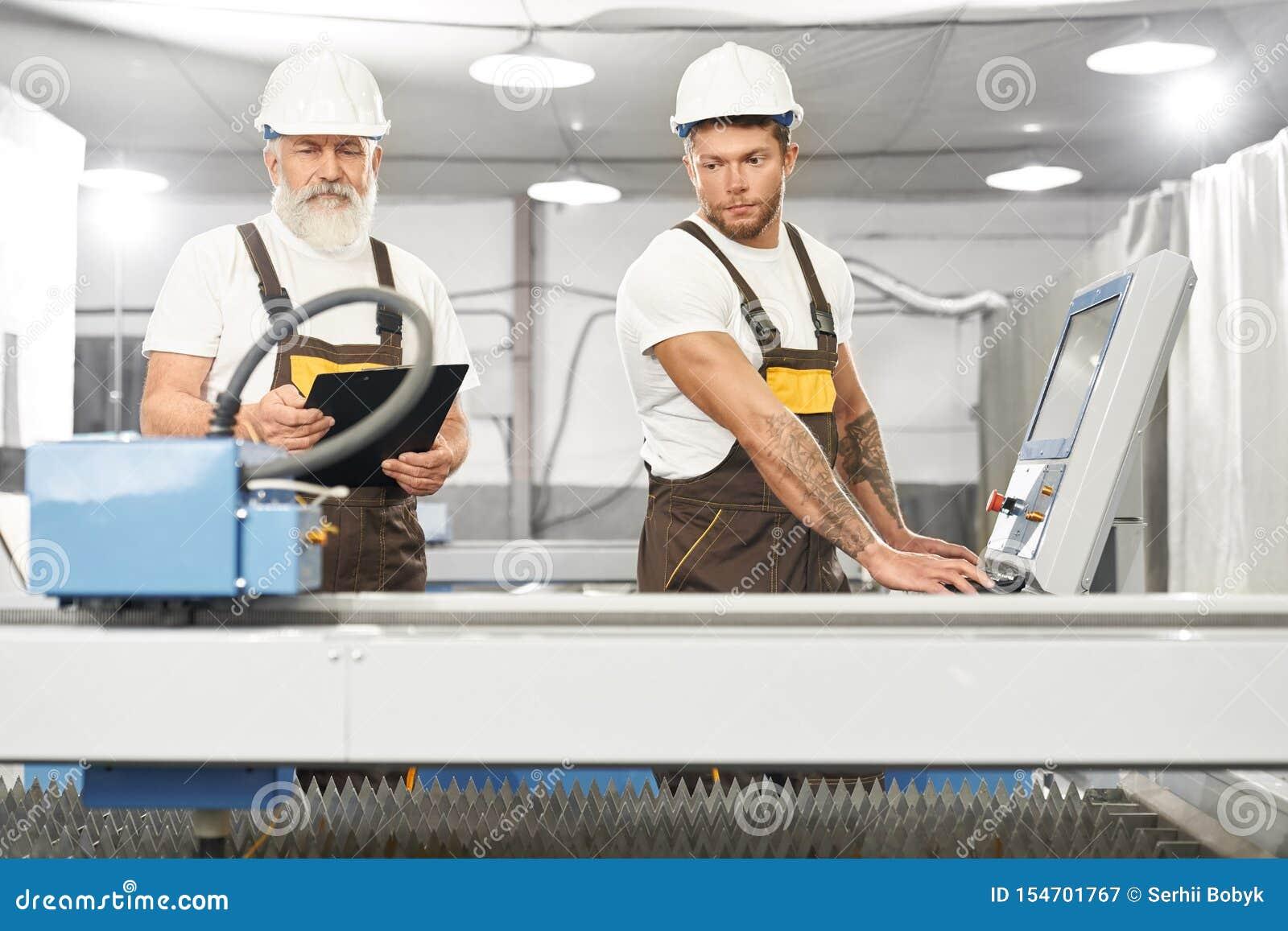 在金属工厂的两位熟练的技工