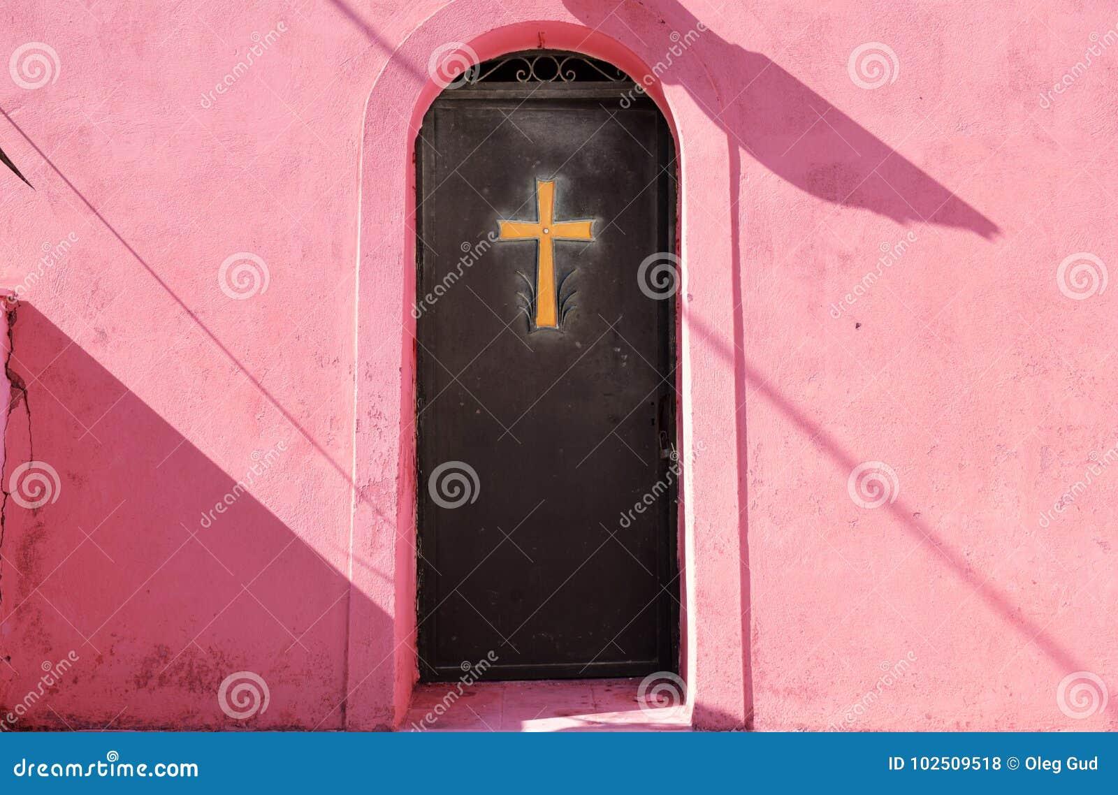 在金属门的金黄十字架
