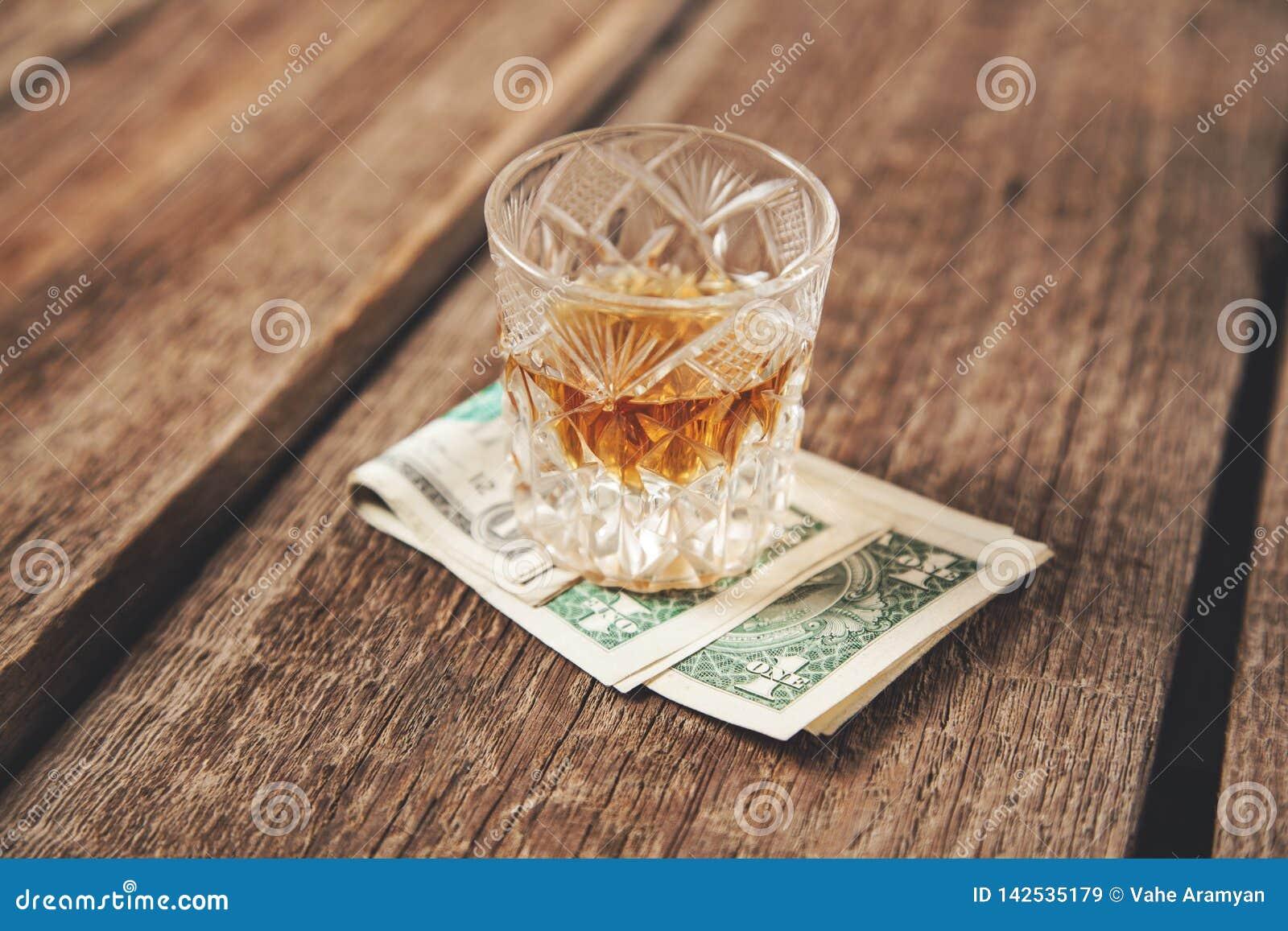 在金钱的威士忌酒玻璃