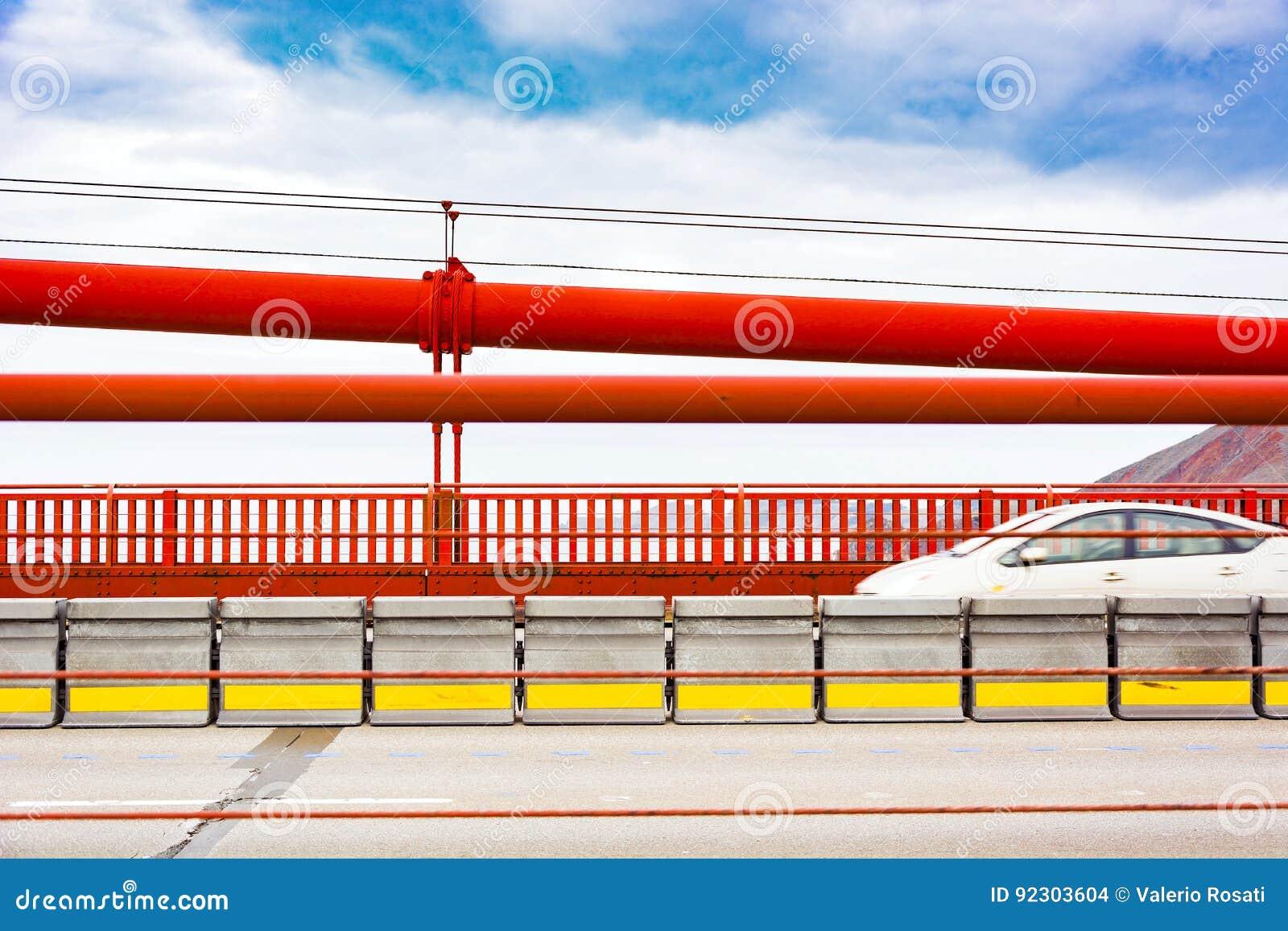 在金门大桥的快速车