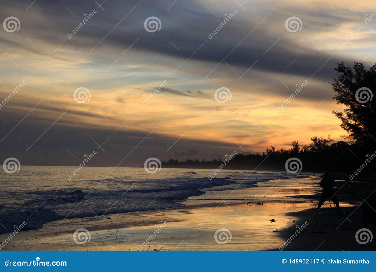 在金黄几小时日落的海岸线