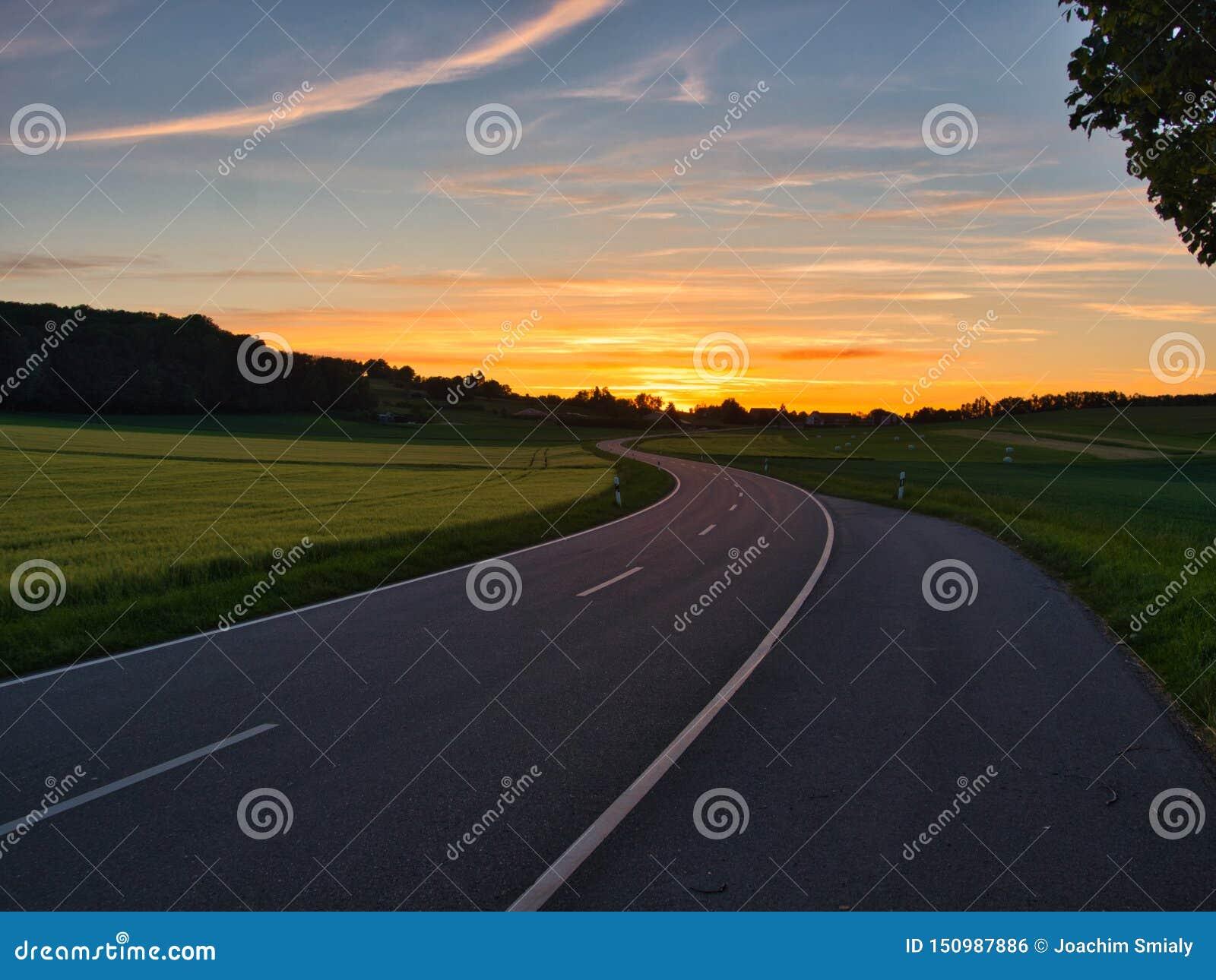 在金黄小时,弯曲道路