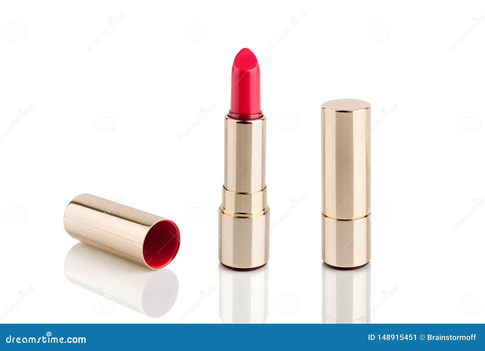 在金黄管的红色口红在与镜象反射的白色背景在玻璃表面被隔绝的关闭,发光的金唇膏