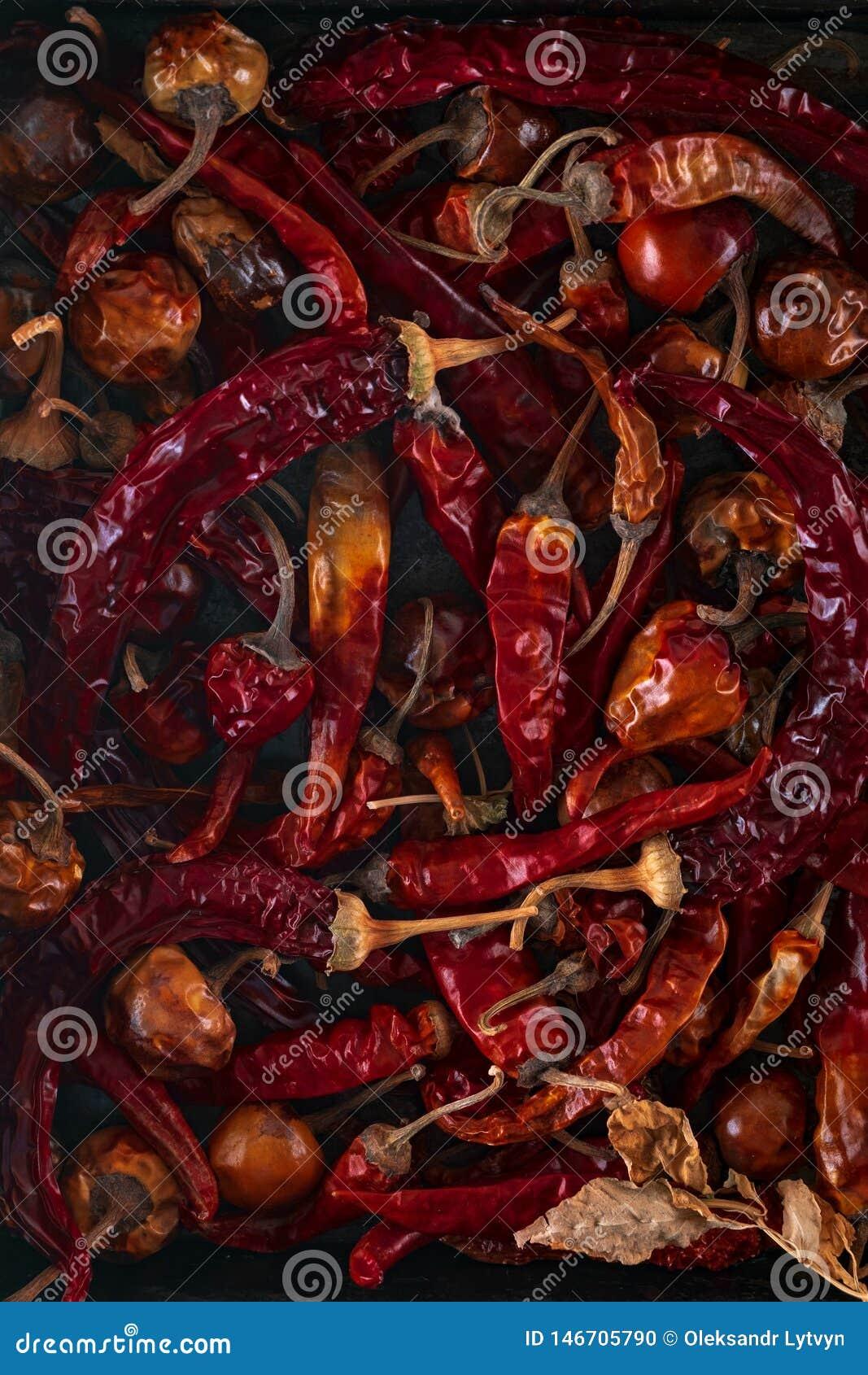 在铁背景的干红辣椒