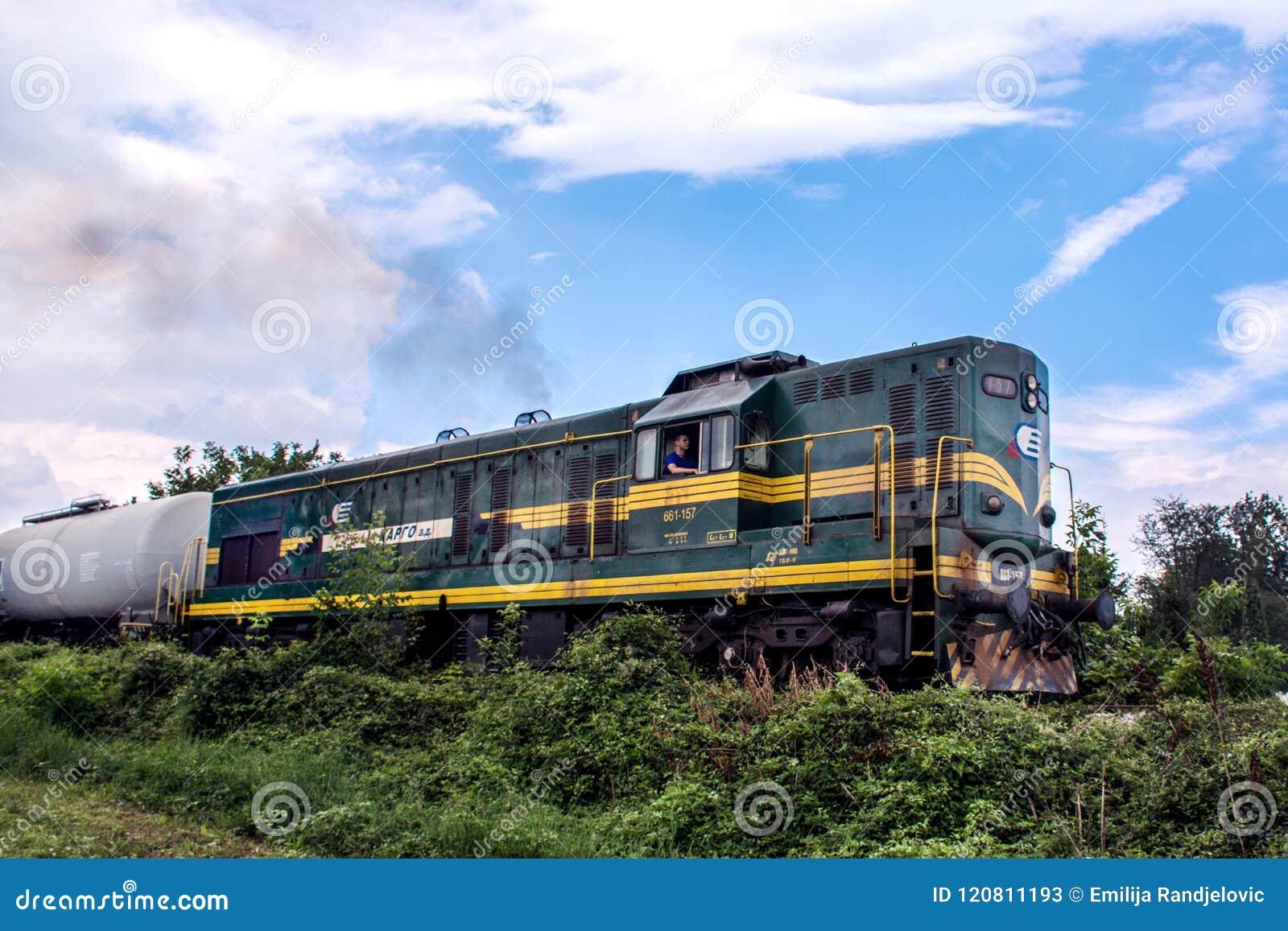 在铁路的柴油绿色火车机车本质上
