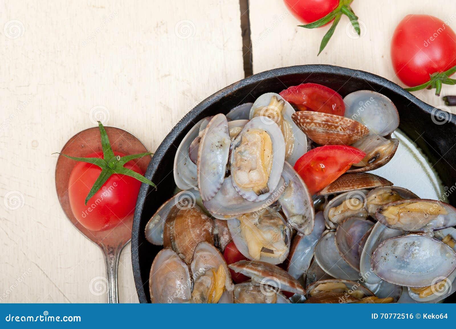 在铁长柄浅锅的新鲜的蛤蜊