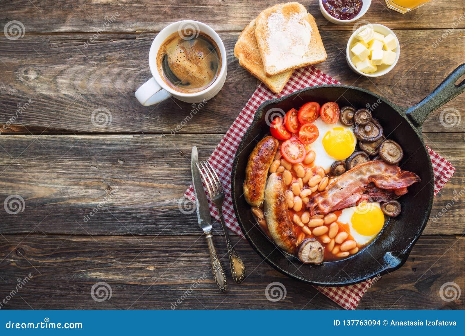 在铁长柄浅锅的英式早餐