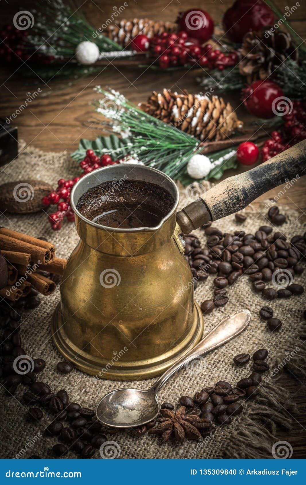 在铜coffe罐的土耳其咖啡