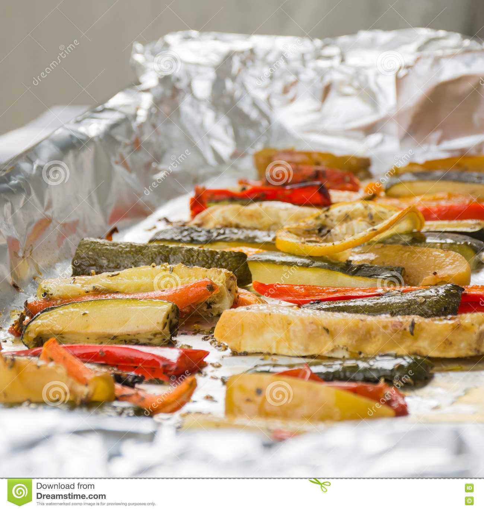 在铝芯的烤冬天菜在盘子,胡椒, zucc