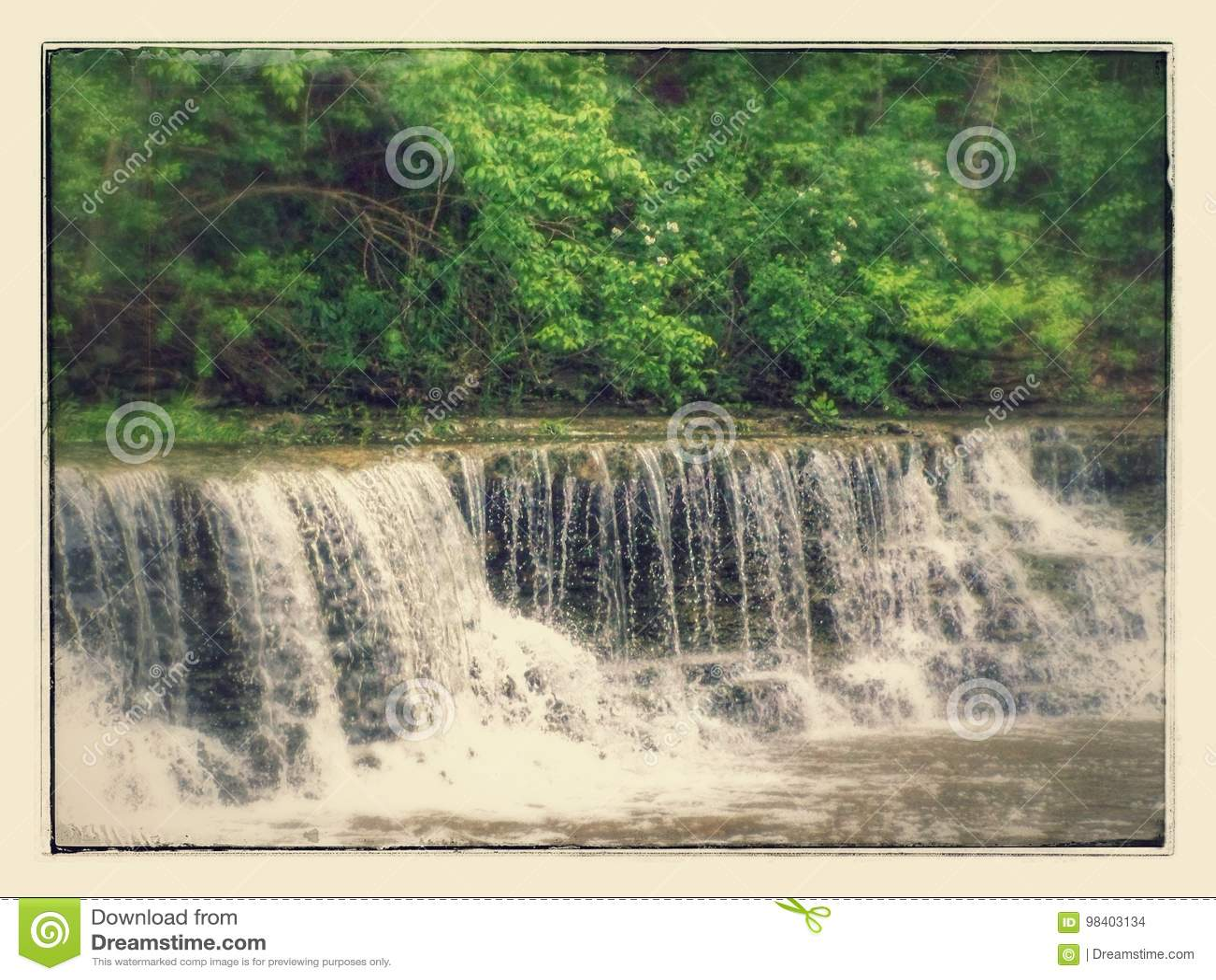 在银色小河的瀑布