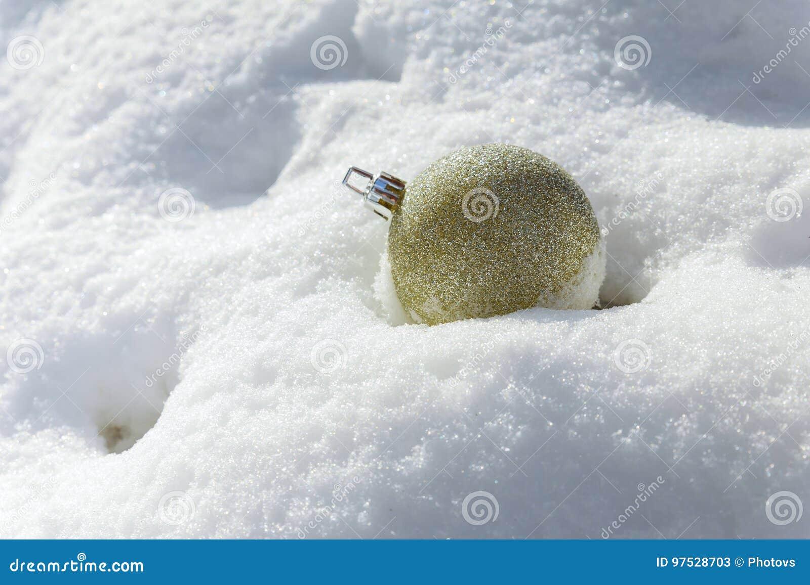 在银色背景的白色圣诞节球