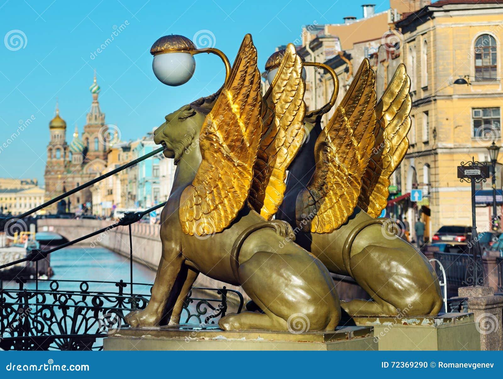 在银行桥梁,圣彼德堡,俄罗斯的新来的人
