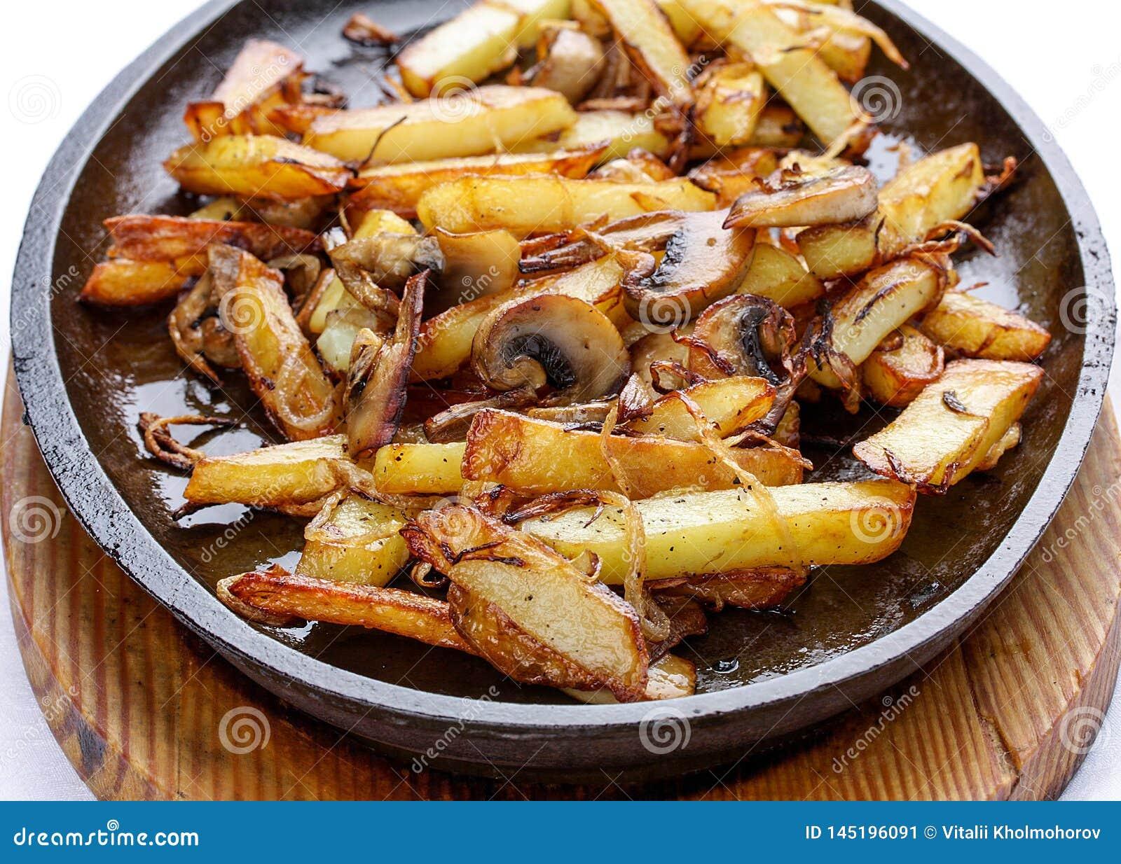 油煎的土豆用葱和蘑菇
