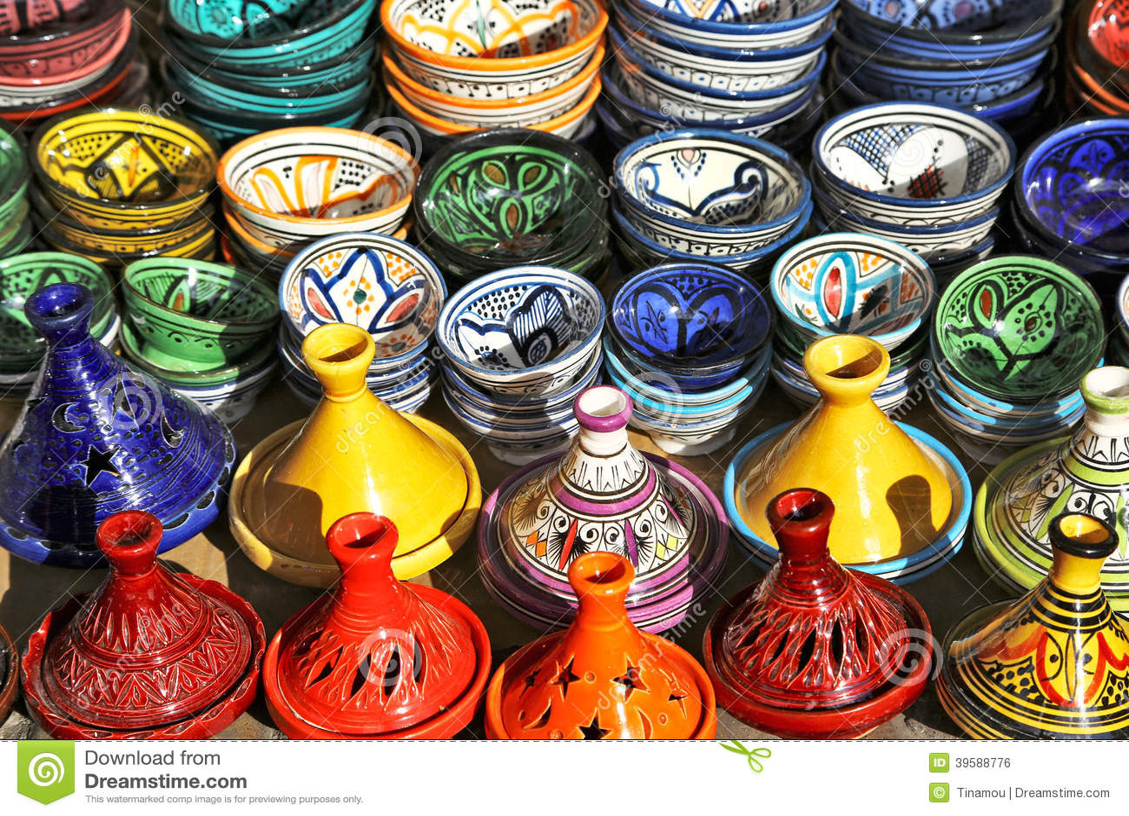 在销售中的多彩多姿的瓦器在马拉喀什,摩洛哥