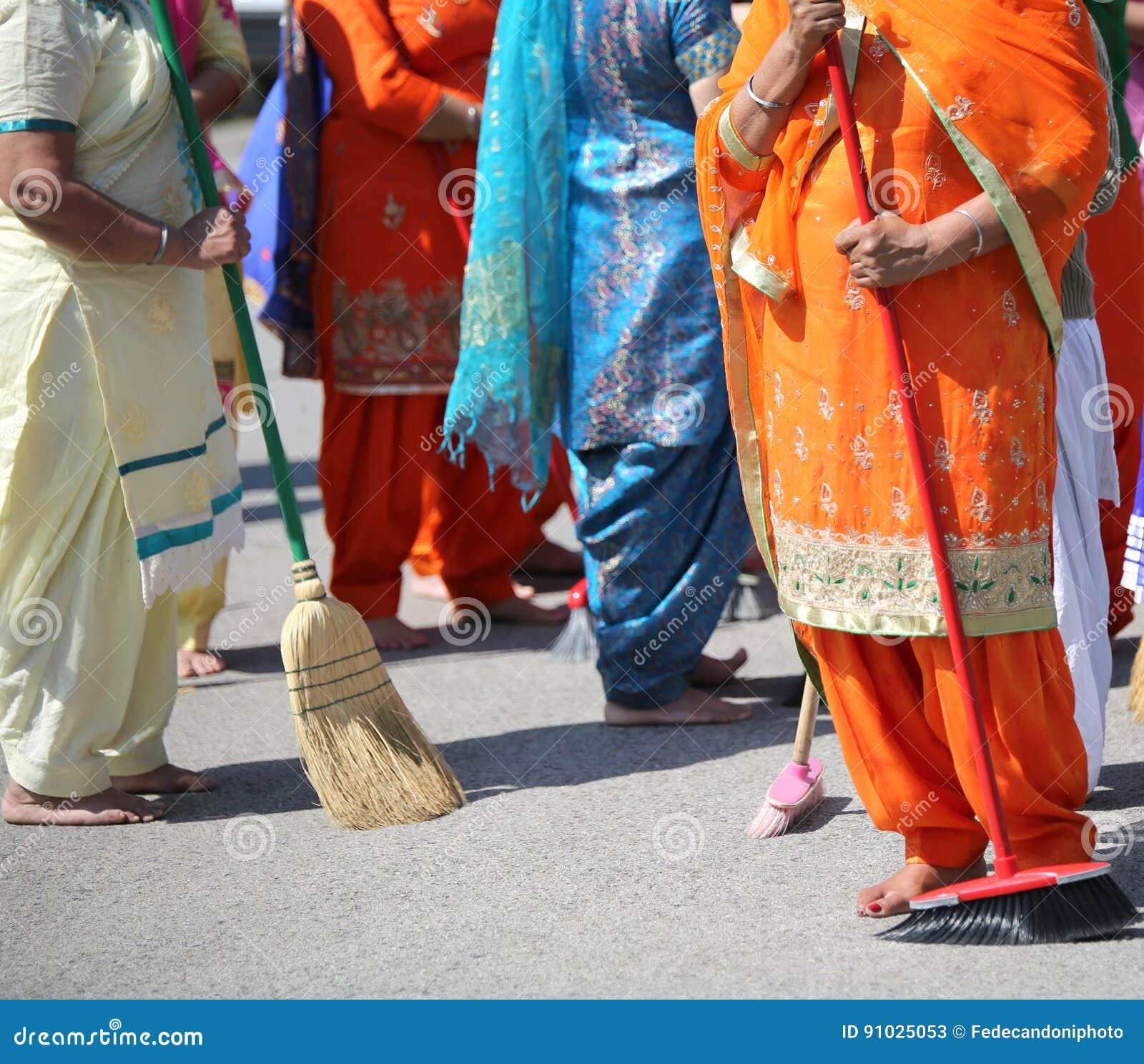 在锡克教徒的宗教仪式期间,赤足妇女清扫方式