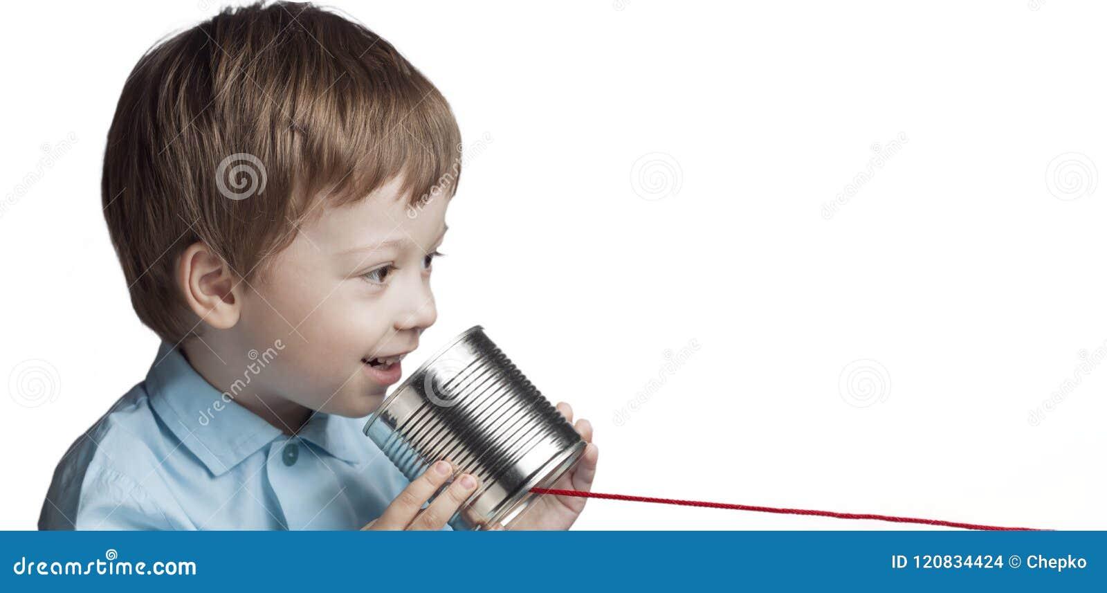 在锡罐电话的愉快的男孩戏剧