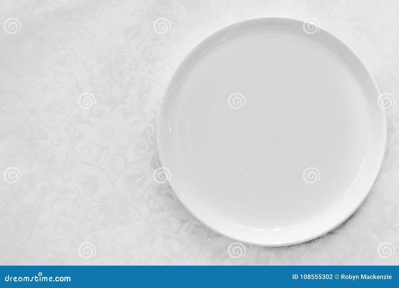 在锦桌布顶视图的空的白色板材