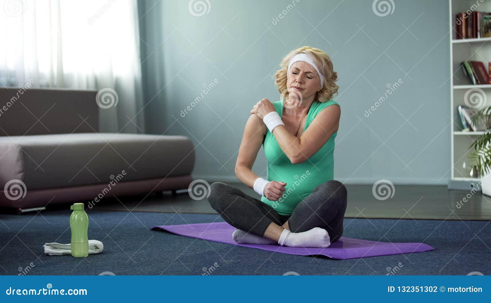 在锻炼,联合炎症以后的中年体育妇女感觉肩膀痛苦