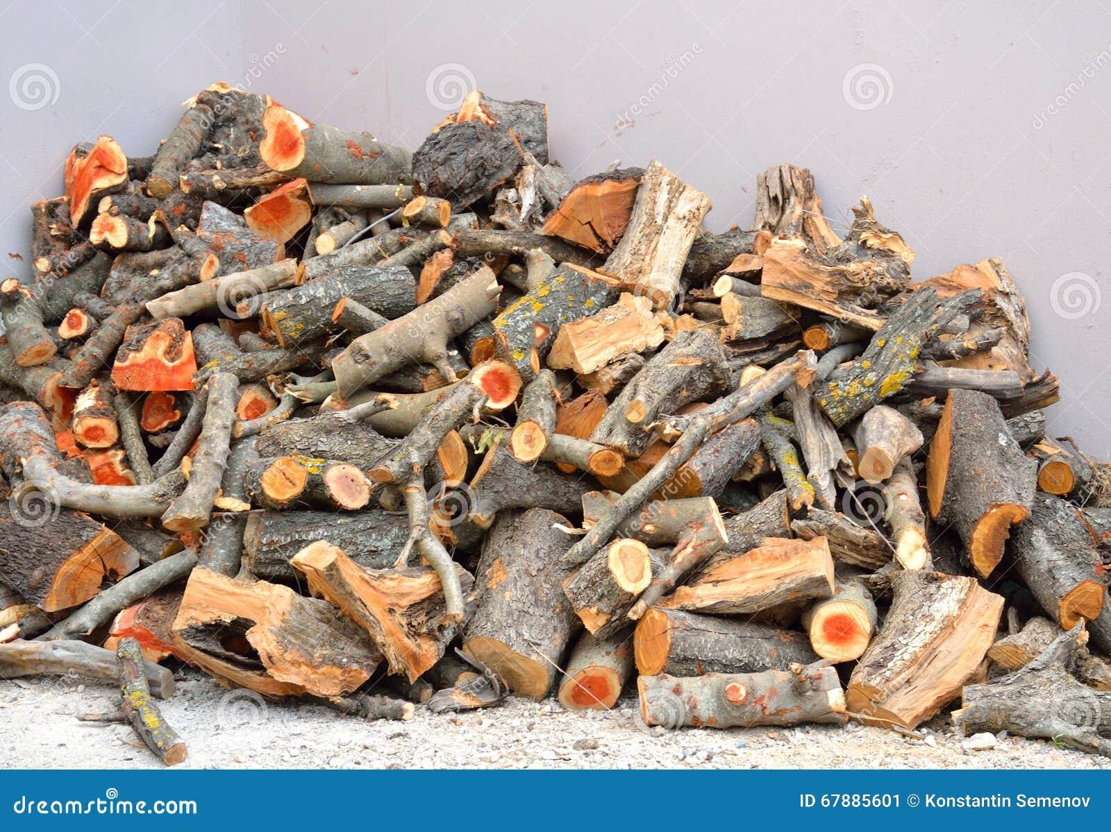 在镇街道上的木柴