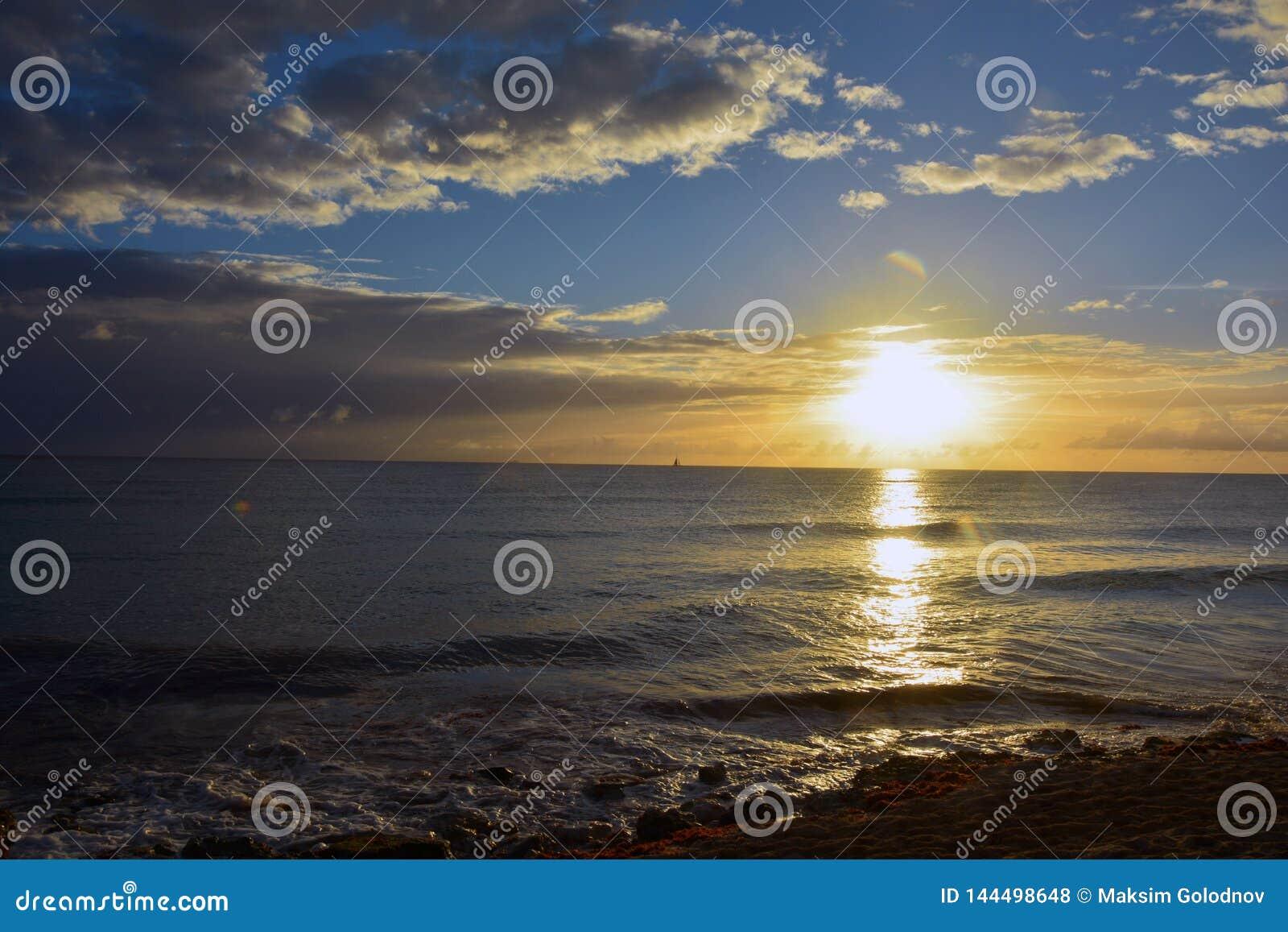 在镇静海洋的日落在夏天