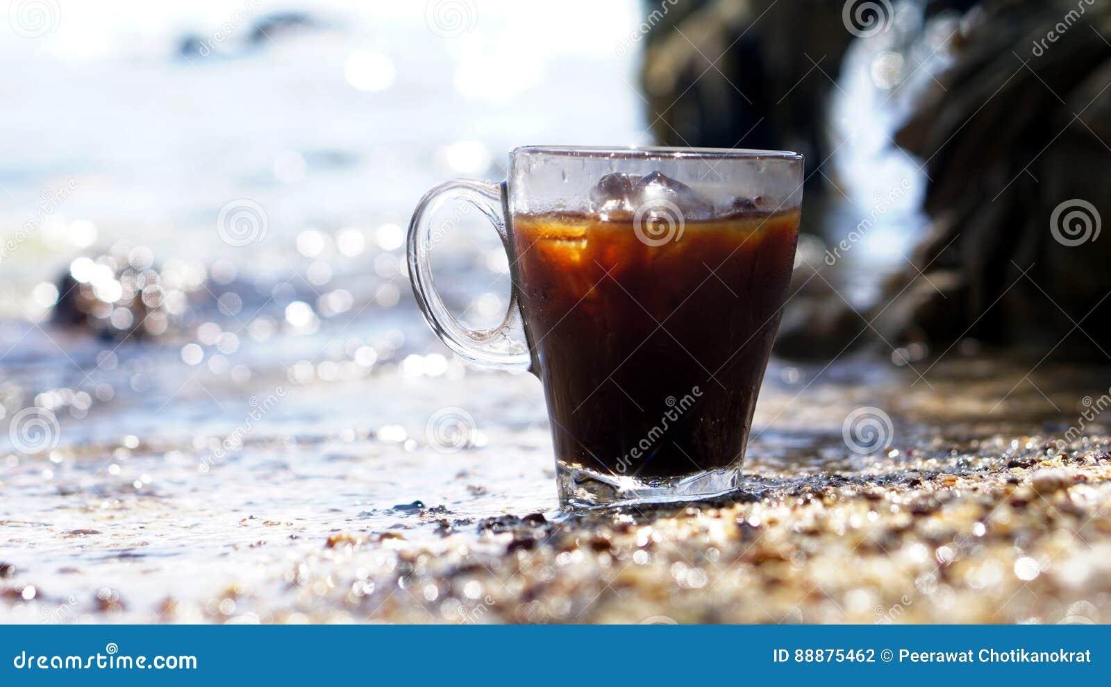 在镇静热带海滩的冰冻咖啡