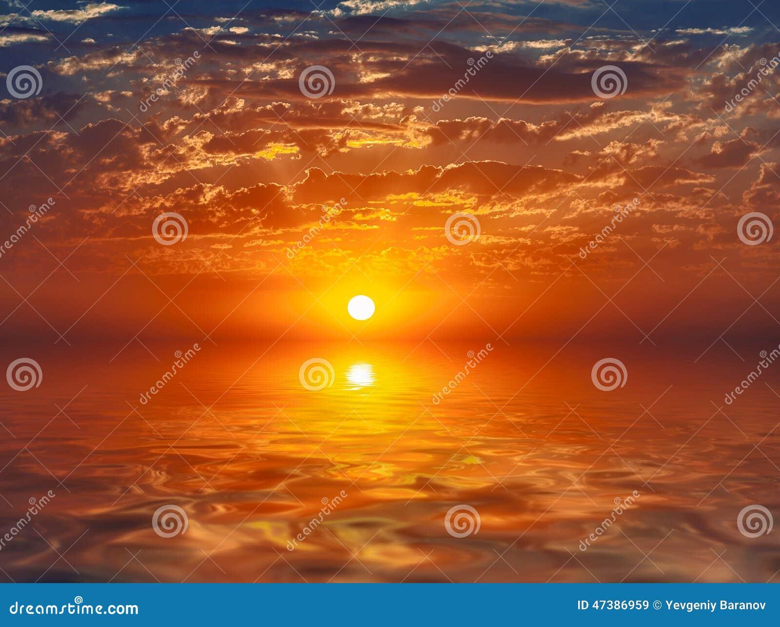 在镇静水反映的美好的日落