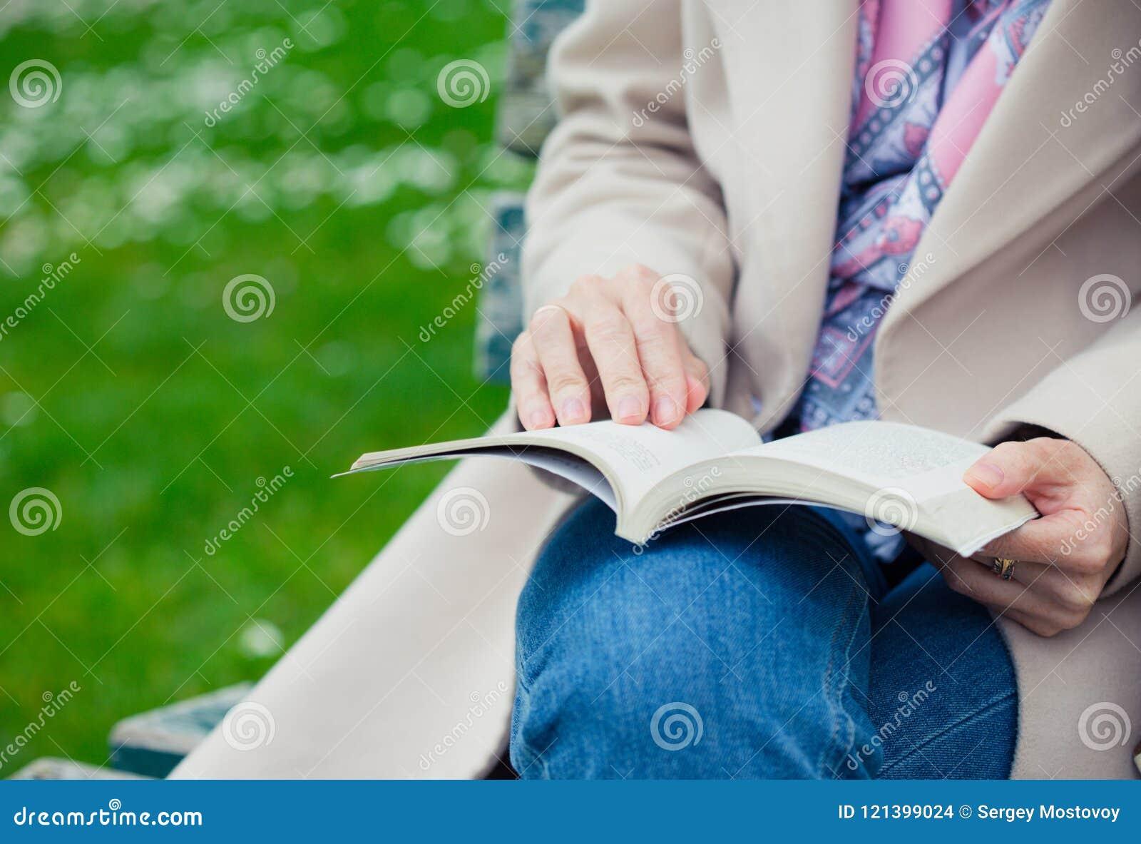 在长凳的女孩读书