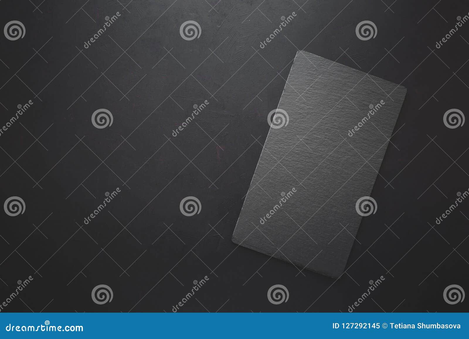 在长方形黑色板岩板材的顶视图在土气黑暗的背景 复制空间 定调子