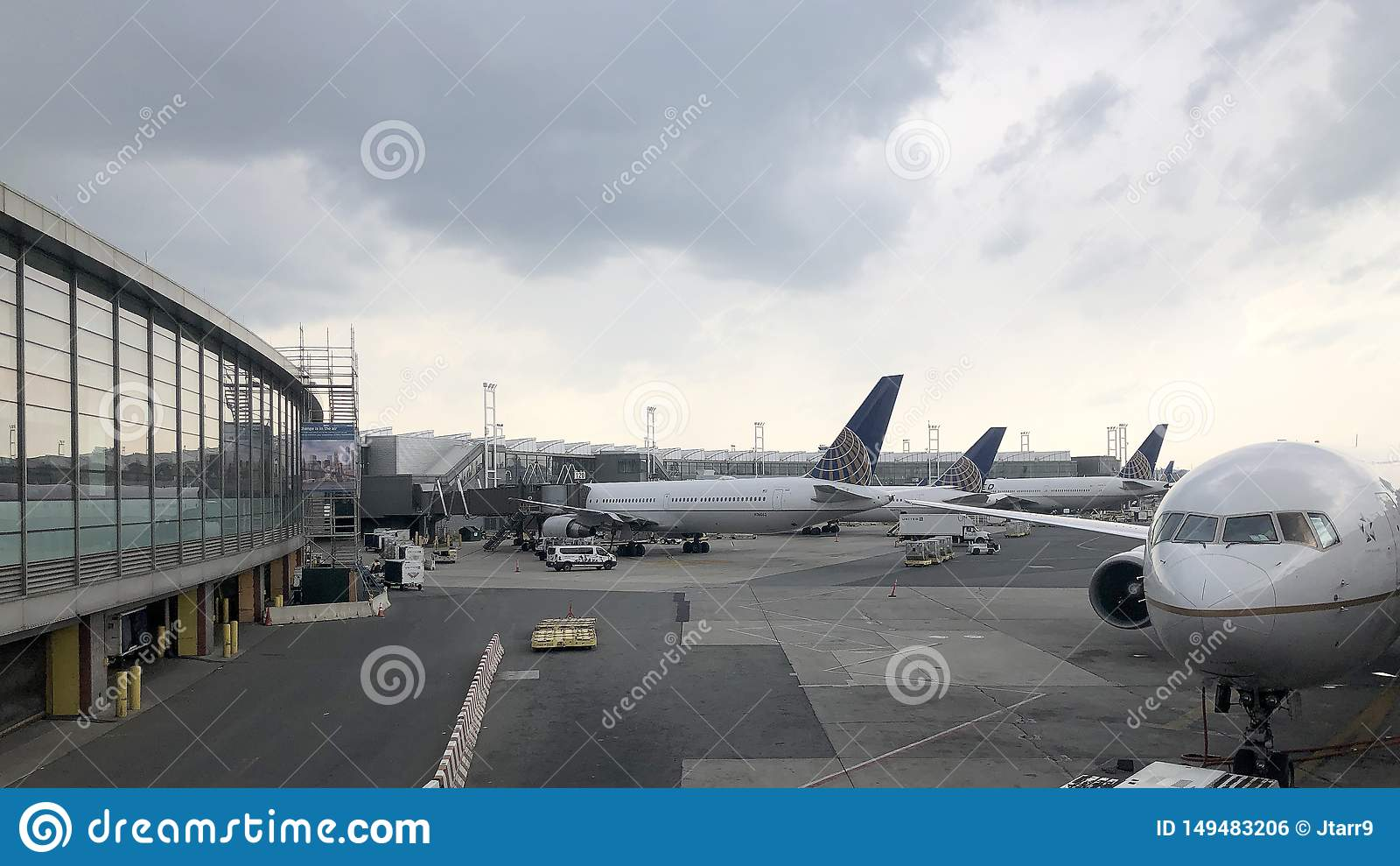 在门的波音飞机在纽瓦克自由国际机场