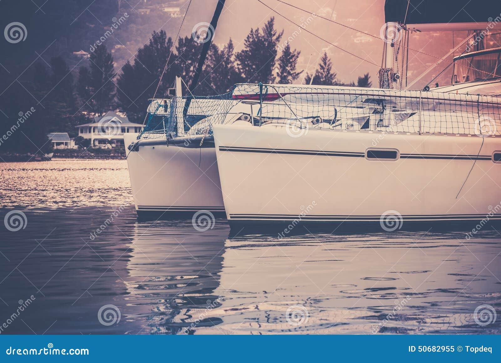Download 在阳光阴霾的消遣游艇在塞舌尔群岛的海岸 库存图片. 图片 包括有 船舶, 海洋, 户外, 消遣, 定调子 - 50682955