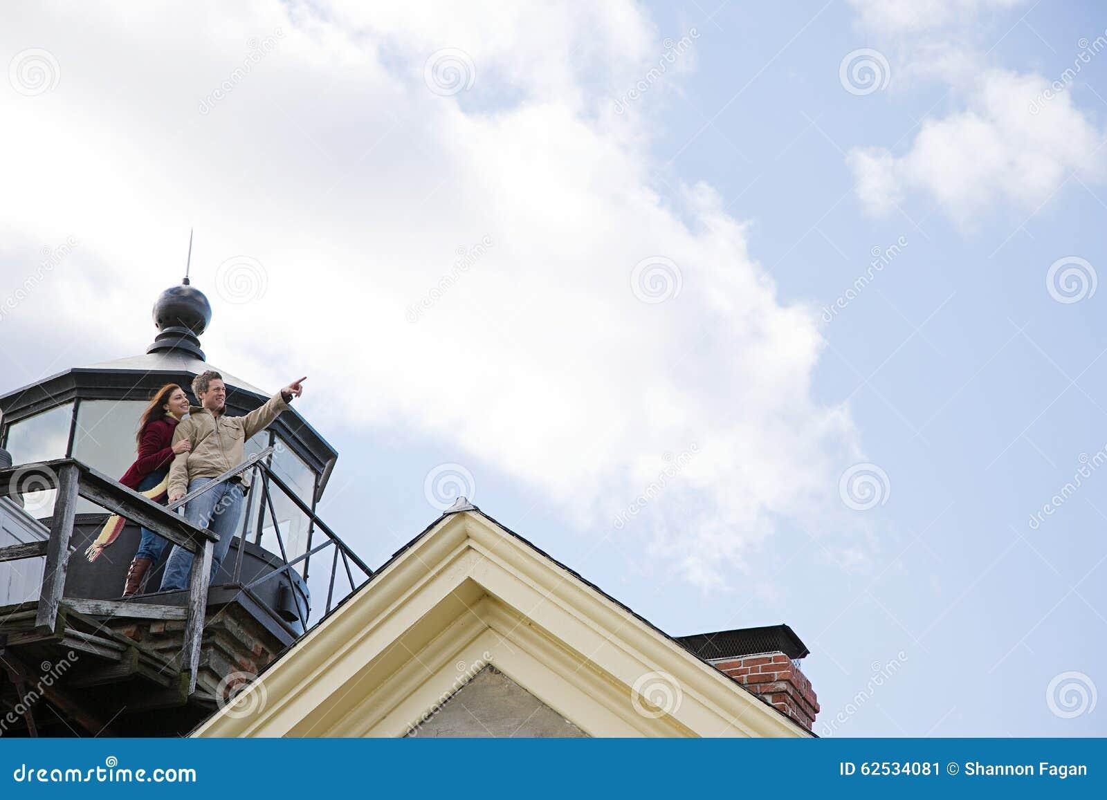 在阳台的一对夫妇
