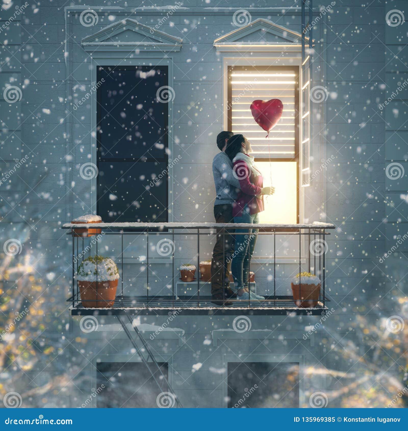 在阳台的夫妇在情人节